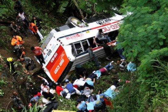 В Гватемале  автобус упал в пропасть, в результате погибли 35 человек