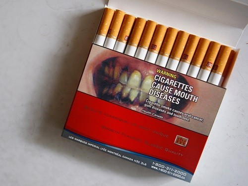 МЧС предлагает Минздраву разместить на сигаретах фото сгоревших курильщиков