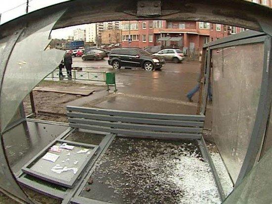 Пьяный юнец на угнанном авто врезался в автобусную остановку
