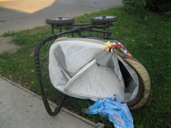 В Москве автомобиль сбил маму с младенцем, от удара 6 месячную девочку выбросило из коляски